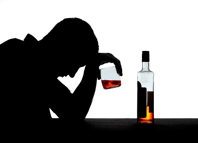 Мужчина алкоголик пьет спиртной напиток