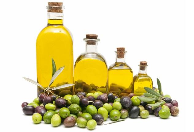 Оливковое масло в бутылочках и оливки