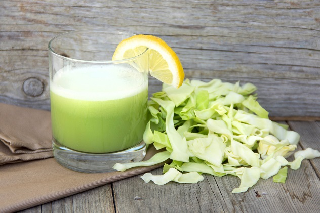Свежий капустный сок с нарезанными капустными листами и лимоном