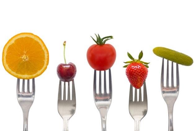 Фрукты и овощи на вилках