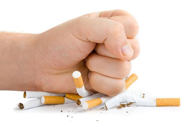Мужчина кулаком ломает сигареты