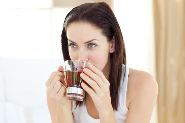 Женщина пьет настой шиповника