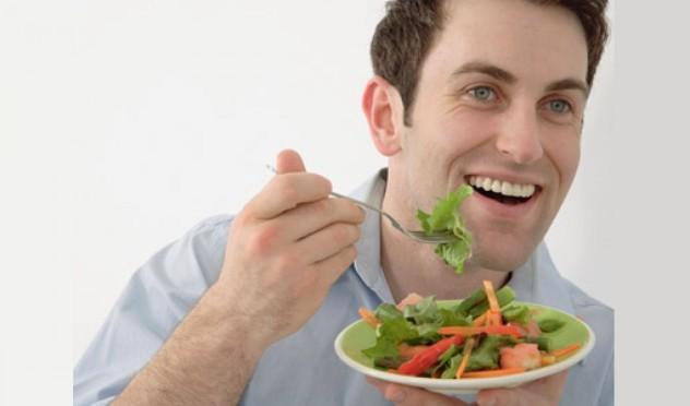 Мужчина ест полезный салат