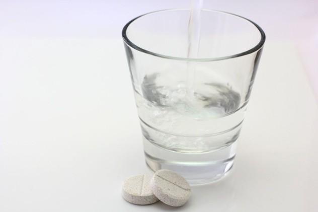 Запить таблетку водой