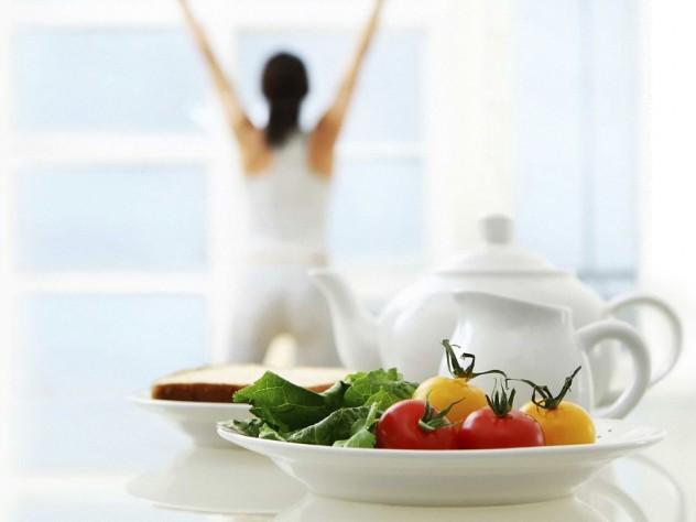 Женщина делает зарядку перед завтраком