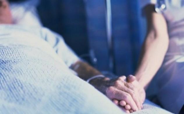 больной человек лежит на кровати в больнице