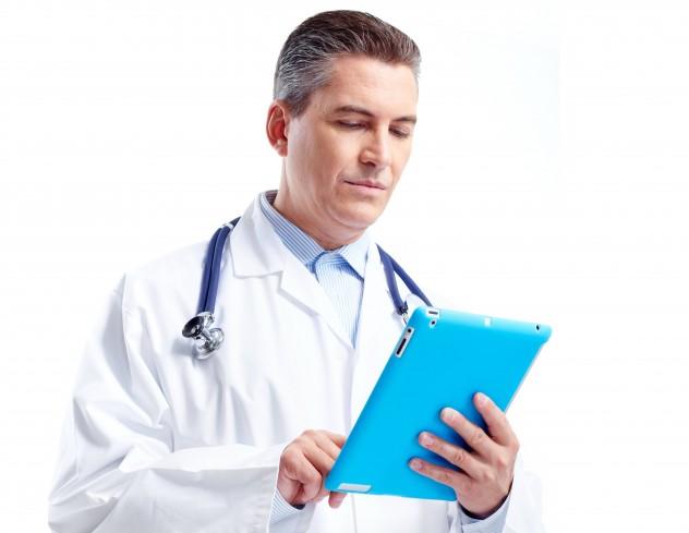 Врач изучает историю болезни пациента
