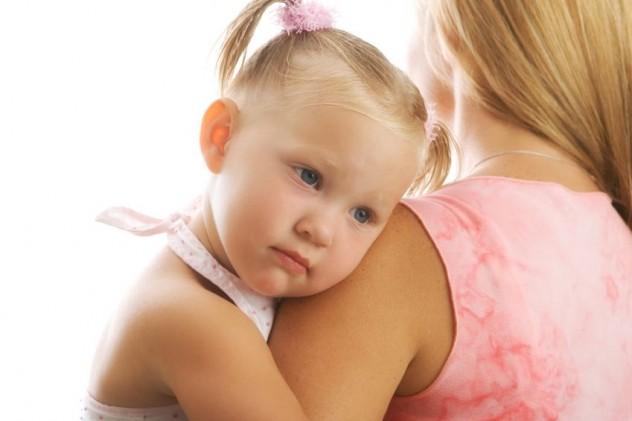Девочка на руках у мамы