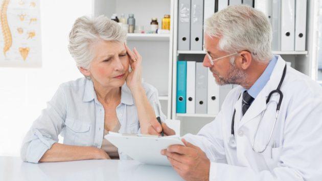 Доктор дает указания о том, что делать после колоноскопии