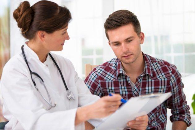 Мужчина с болями в прямой кишке у доктора