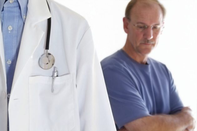 Мужчина с опухолью на печени у доктора