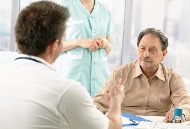 Мужчина на приеме у доктора: лечение опухоли в печени