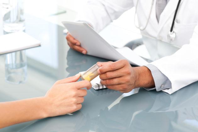 Доктор назначает таблетки