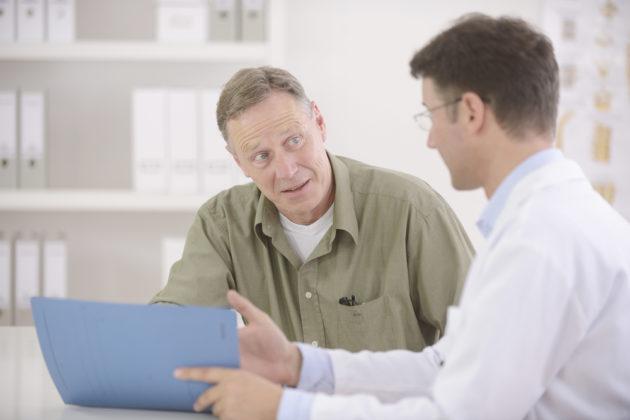 Мужчина с гепатитом Б у доктора