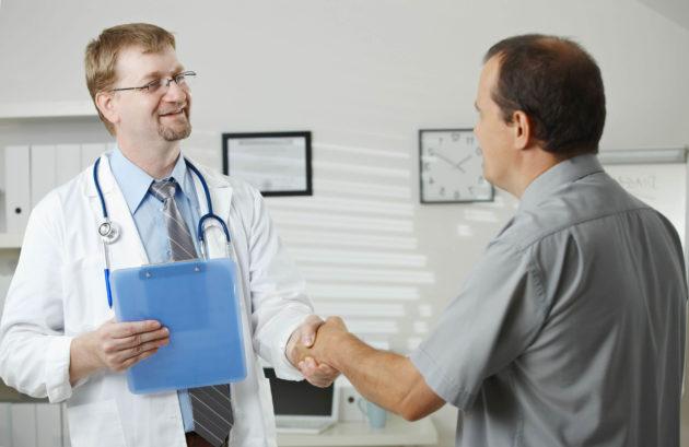 Мужчина с воспалением двенадцатиперстной кишки на приеме у доктора