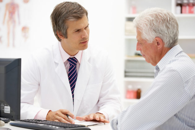 Мужчина с циррозом печени у доктора