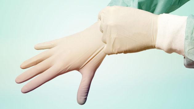 Доктор перед диагностикой болезни прямой кишки