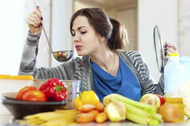 женщина готовит суп: диета при лечении желудка