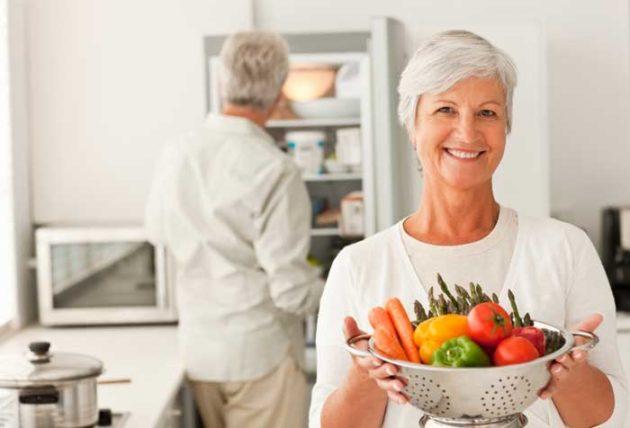 В рацион питания при запорах у пожилых людей должно входить достаточно клетчатки