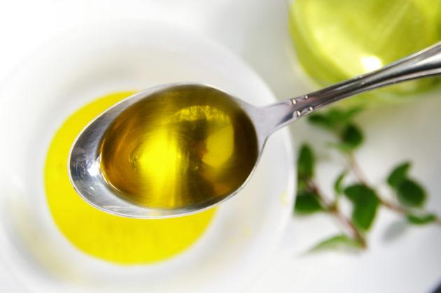 Льняное масло при запорах можно принимать по столовой ложке натощак
