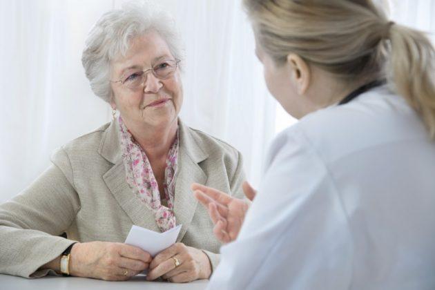 Перед применением свечей для лечения запоров у пожилых людей нужно проконсультироваться с доктором