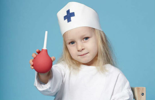 Важно знать, как правильно поставить клизму ребенку при запоре
