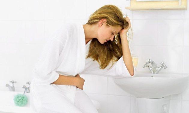 Боли в желудке по ночам могут сопровождаться тошнотой и изжогой