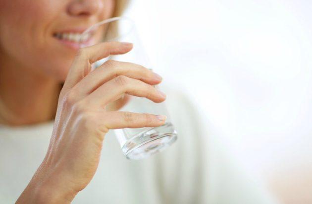 При пищевом отравлении важно пить много жидкости